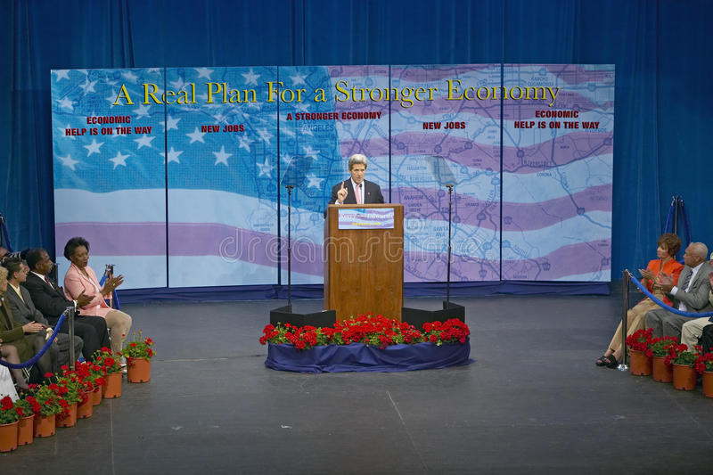 Senador John Kerry no pódio do endereço de política principal na economia, montes de CSU- Domínguez, Los Angeles, CA imagens de stock royalty free