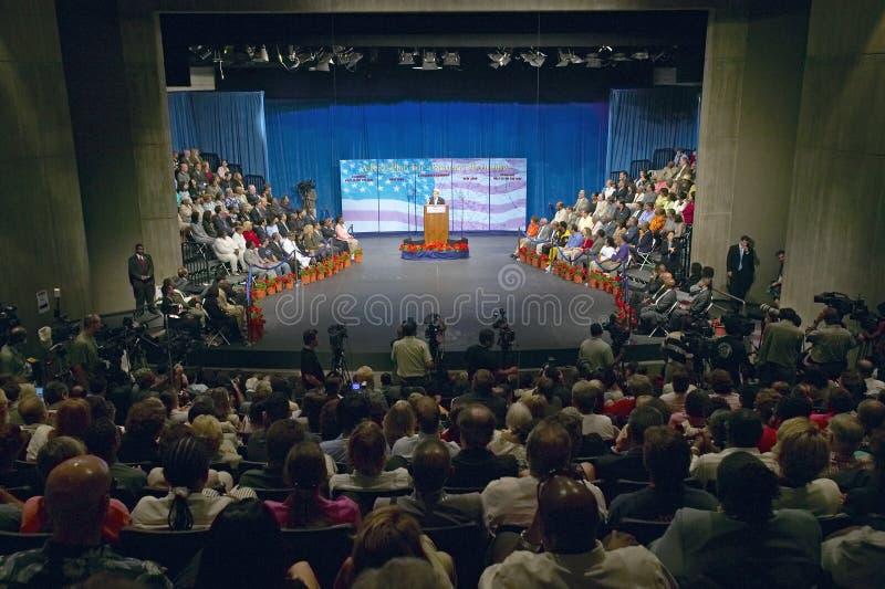 Senador John Kerry no pódio do endereço de política principal na economia, montes de CSU- Domínguez, Los Angeles, CA fotografia de stock
