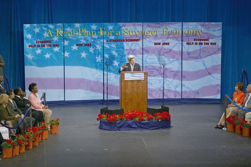 Senador John Kerry no pódio do endereço de política principal na economia, montes de CSU- Domínguez, Los Angeles, CA imagem de stock royalty free