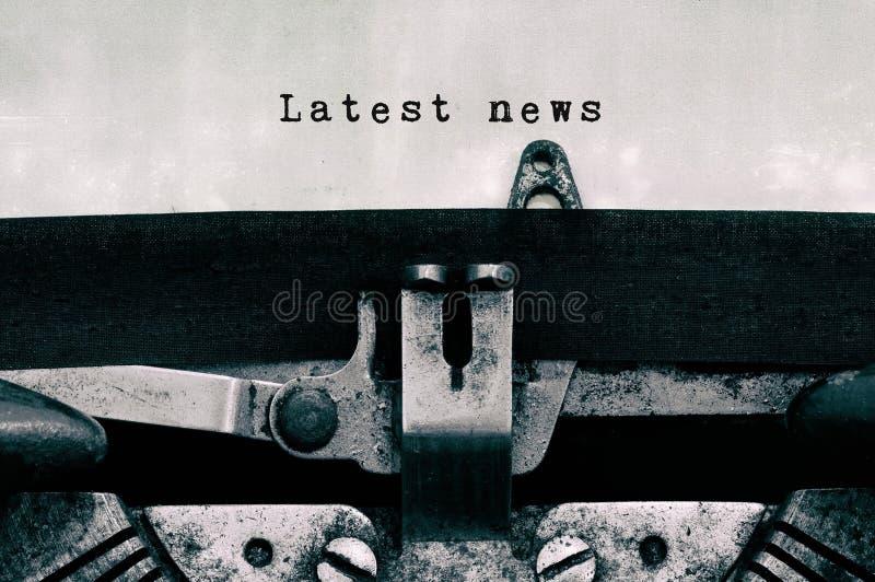 Senast nyheternaord som skrivas p? en tappningskrivmaskin arkivfoton