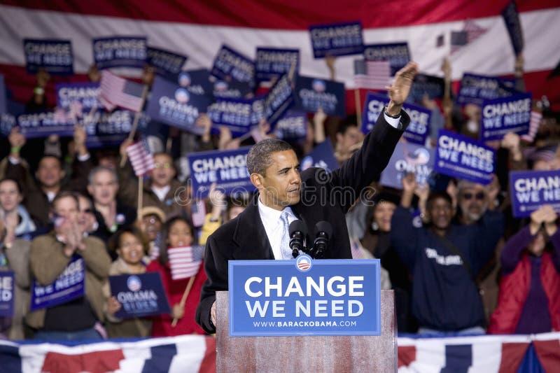 Senator Barack Obama dos E.U. que acena para aglomerar-se imagens de stock royalty free