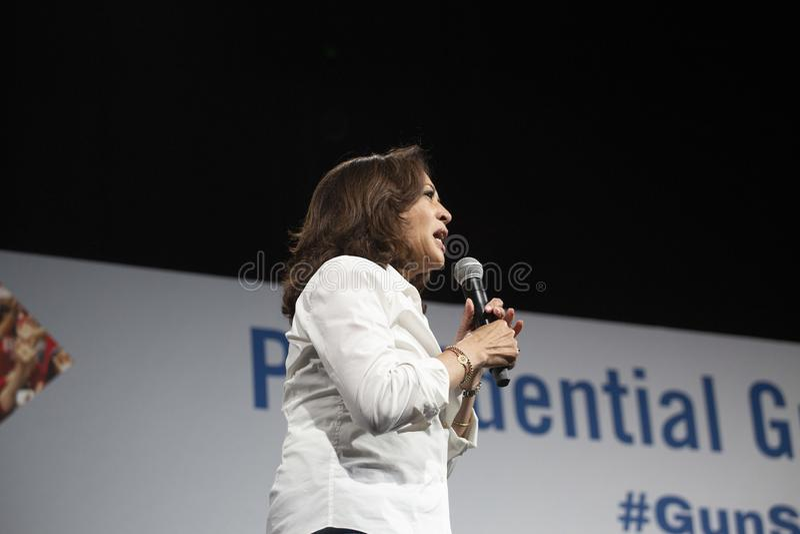 Senatorn Kamala Harris talar på vapensäkerhetsforumet, Augusti 8, 2019 royaltyfri bild