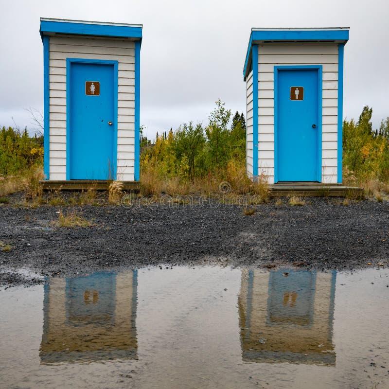 Sencillas casas reflejadas en el charco foto de archivo libre de regalías