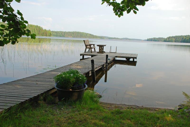 Senda para peatones al lago en Finlandia central imagen de archivo