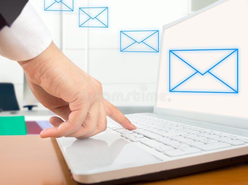 Senden einer E-Mail lizenzfreie stockfotos