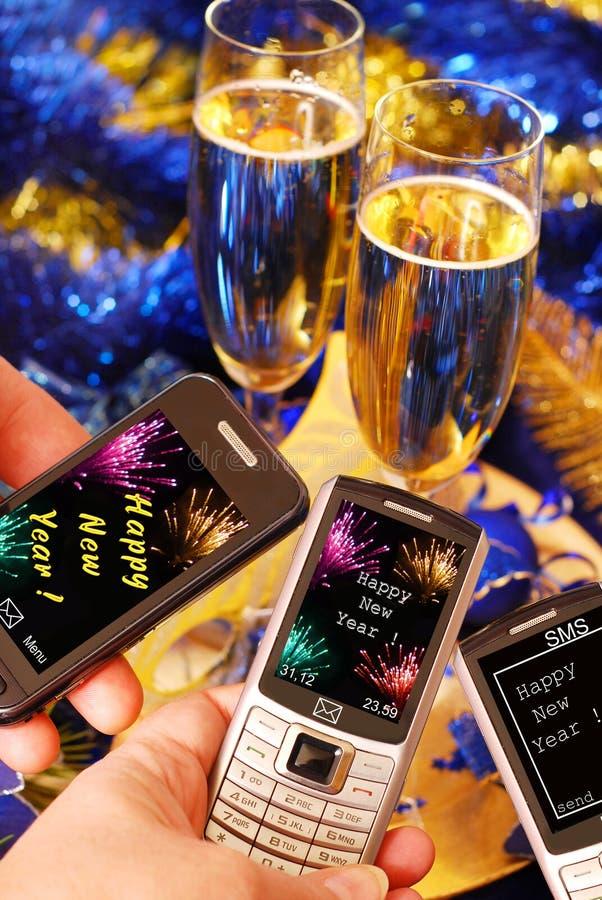 Senden von sms für neues Jahr lizenzfreie stockfotos