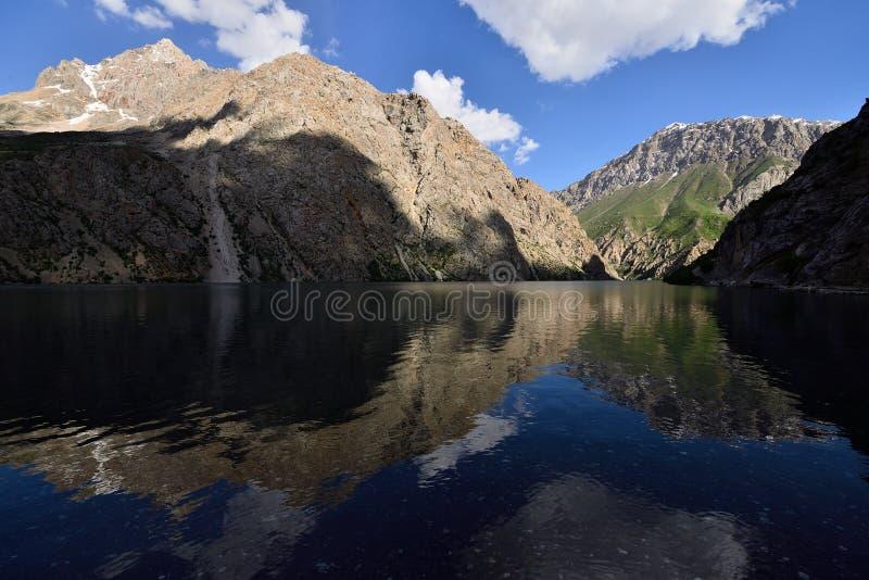 Senderismo de siete lagos para las montañas de la fan en Tayikistán fotos de archivo