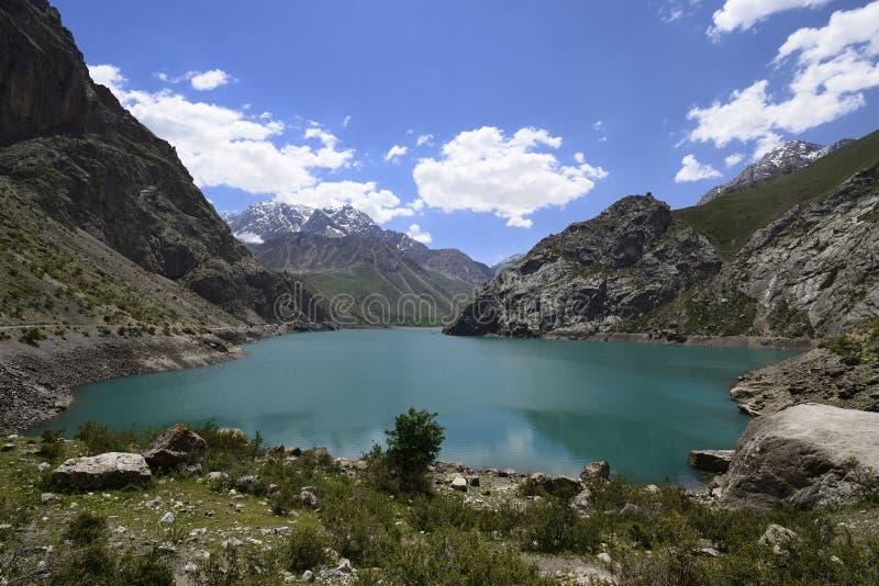 Senderismo de siete lagos para las montañas de la fan en Tayikistán foto de archivo libre de regalías