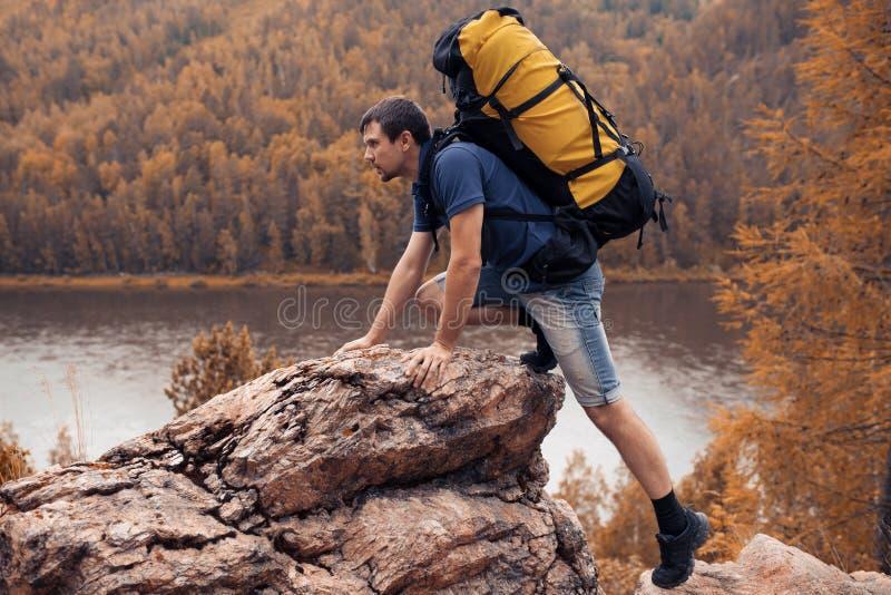 Senderismo del caminante en las montañas foto de archivo libre de regalías
