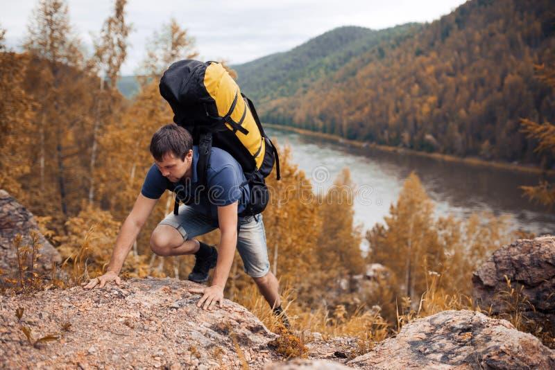 Senderismo del caminante en las montañas imagen de archivo