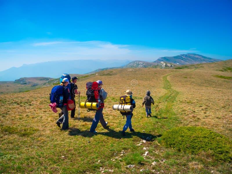 Senderismo del grupo de los caminantes en Crimea fotos de archivo