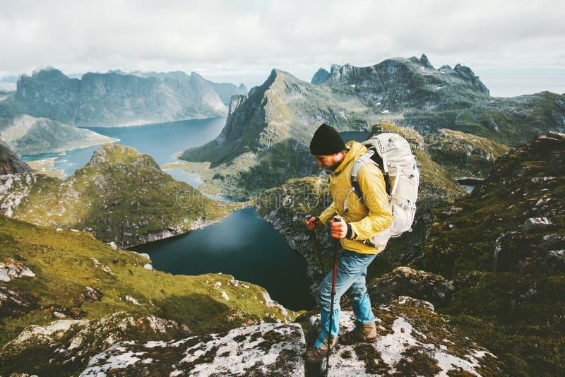 Senderismo del hombre del descubridor en viajar de las montañas imagen de archivo libre de regalías