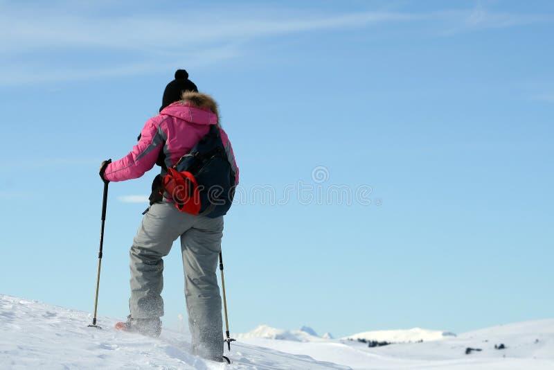 Senderismo, muchacha en nieve imagen de archivo libre de regalías