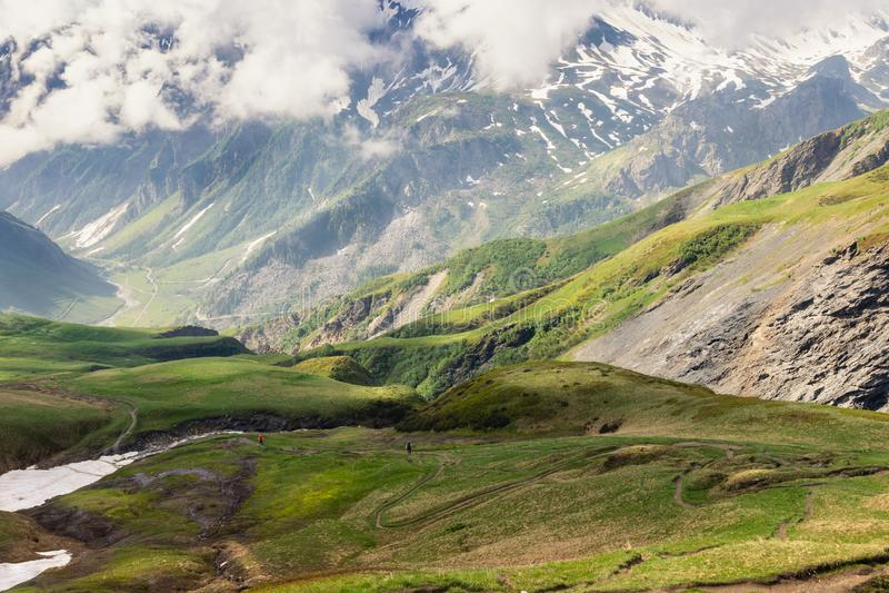Senderismo, turismo, actividad en las montañas Backpackers que caminan en las montañas, mañana del comienzo del verano fotografía de archivo