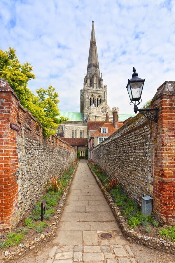 Sendero a Chichester Catedral foto de archivo