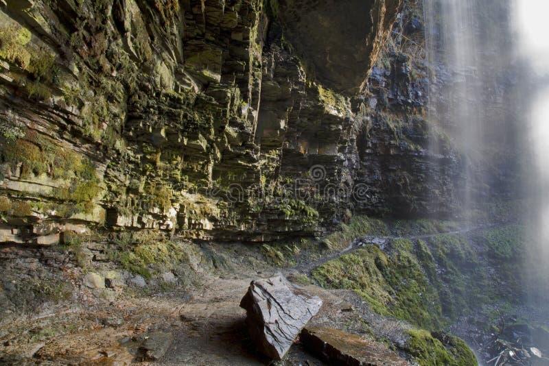 Sendero detrás de Sgwd Henrhyd; cascada del henrhyd fotografía de archivo