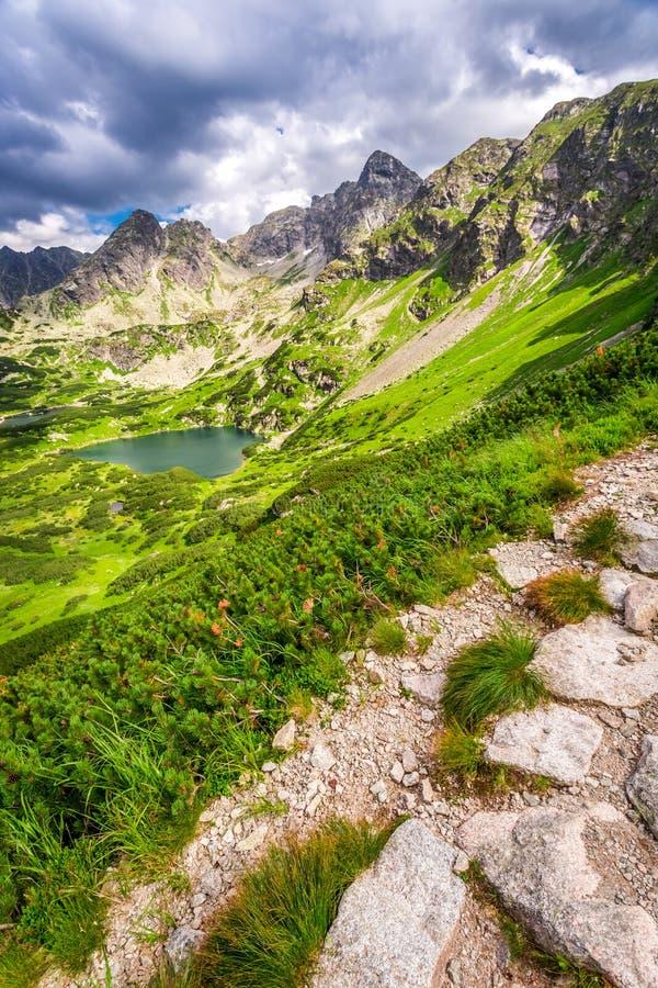 Sendero estrecho en las montañas fotografía de archivo