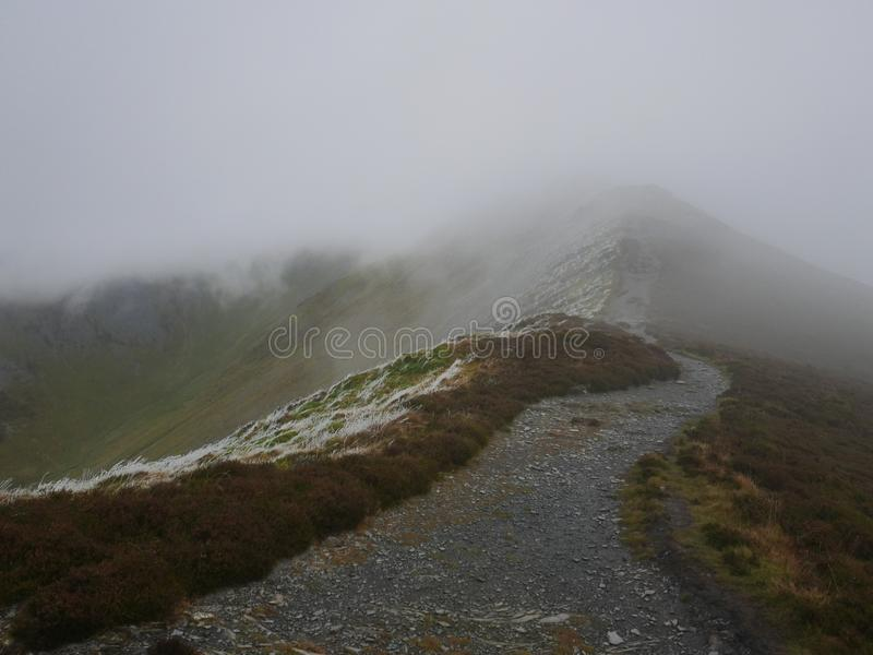 Sendero a la cumbre en niebla foto de archivo