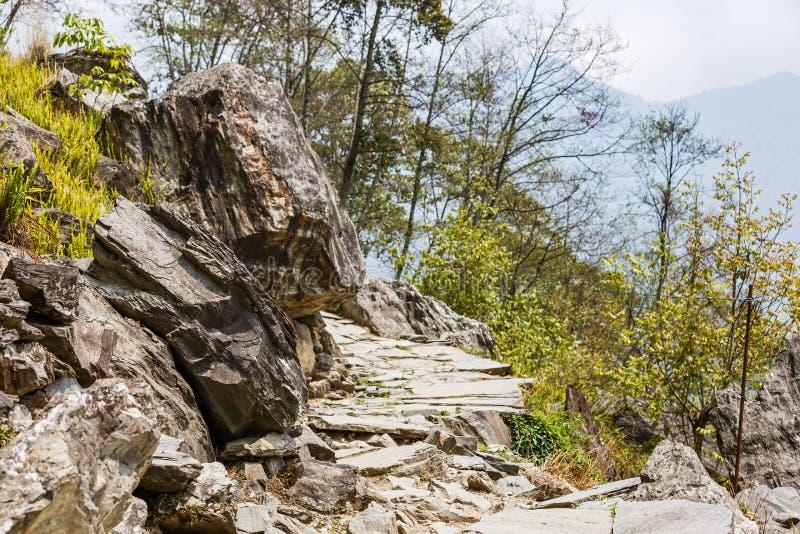 Sendero rocoso en las montañas fotografía de archivo