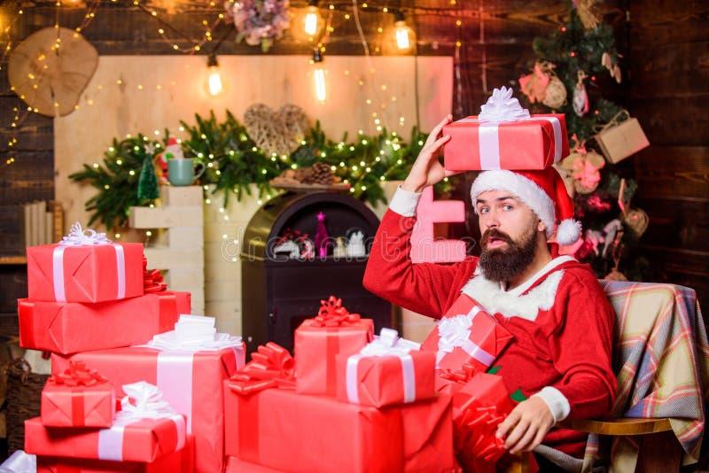 Sending giften Groeten van Santa Verblijfplaats van Santa claus Wintervakantie Huisvestingsatmosfeer Beared man zit in stock foto