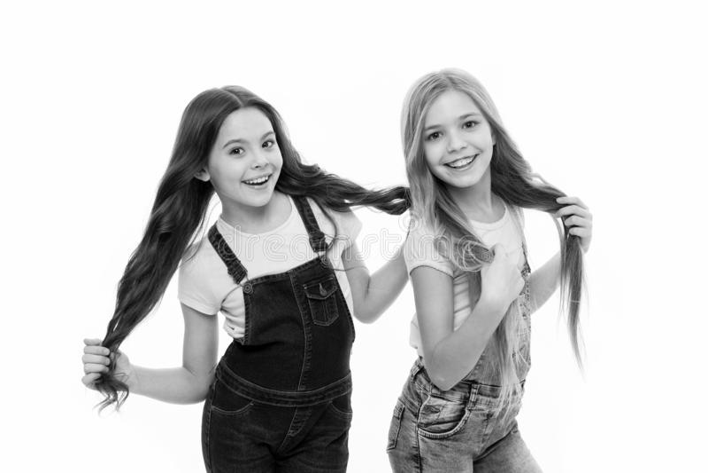 Sendo grande cada dia Meninas pequenas ador?veis com cabelo longo Meninas bonitos que vestem o penteado novo Cuidados capilares d imagens de stock royalty free