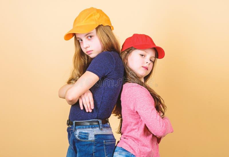 Sendo um moderno Modernos pequenos ador?veis Pouco crian?as que vestem a roupa e os acess?rios do estilo do moderno Pequeno bonit fotografia de stock