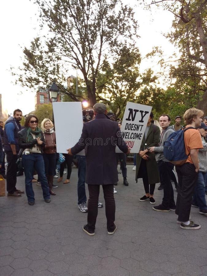 Sendungs-Nachrichten, Trumpf-Protestierender, Washington Square Park, NYC, NY, USA stockfotografie