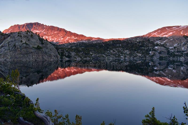 Seneca jezioro w Wind River pasmie, Skaliste góry, Wyoming, widoki od backpacking wycieczkuje śladu Titcomb basen od Elkhart P obraz stock