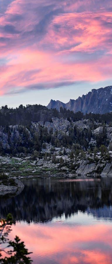 Seneca Lake i det Wind River området, Rocky Mountains, Wyoming, sikter från fotvandring som fotvandrar slingan till den Titcomb h fotografering för bildbyråer