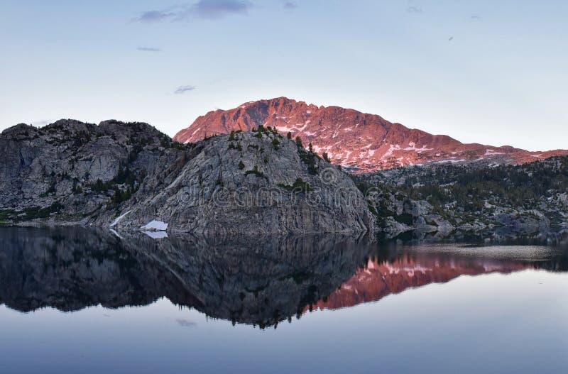 Seneca Lake i det Wind River området, Rocky Mountains, Wyoming, sikter från fotvandring som fotvandrar slingan till den Titcomb h royaltyfri foto