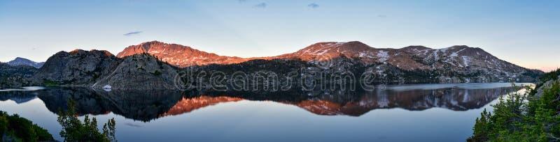 Seneca Lake i det Wind River området, Rocky Mountains, Wyoming, sikter från fotvandring som fotvandrar slingan till den Titcomb h arkivbild