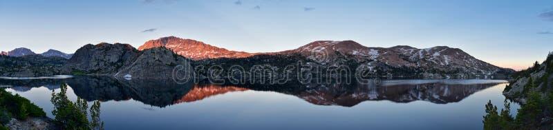 Seneca Lake i det Wind River området, Rocky Mountains, Wyoming, sikter från fotvandring som fotvandrar slingan till den Titcomb h royaltyfria bilder