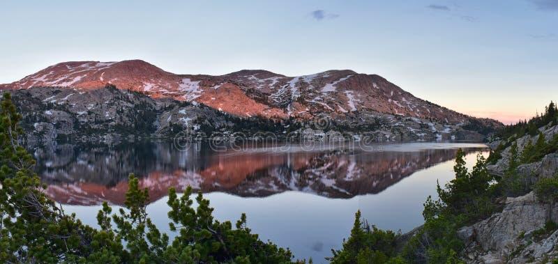 Seneca Lake i det Wind River området, Rocky Mountains, Wyoming, sikter från fotvandring som fotvandrar slingan till den Titcomb h arkivfoton
