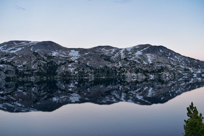 Seneca Lake i det Wind River området, Rocky Mountains, Wyoming, sikter från fotvandring som fotvandrar slingan till den Titcomb h arkivbilder