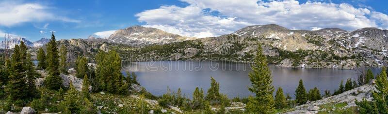Seneca Lake i det Wind River området, Rocky Mountains, Wyoming, sikter från fotvandring som fotvandrar slingan till den Titcomb h arkivfoto