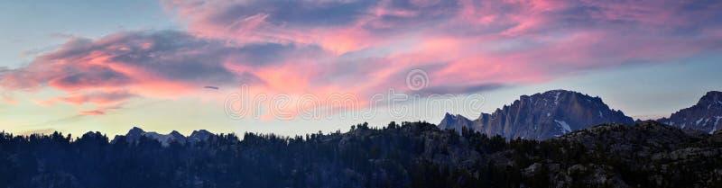 Seneca Lake nella gamma di Wind River, Rocky Mountains, Wyoming, viste dalla traccia di escursione backpacking al bacino di Titco immagini stock libere da diritti