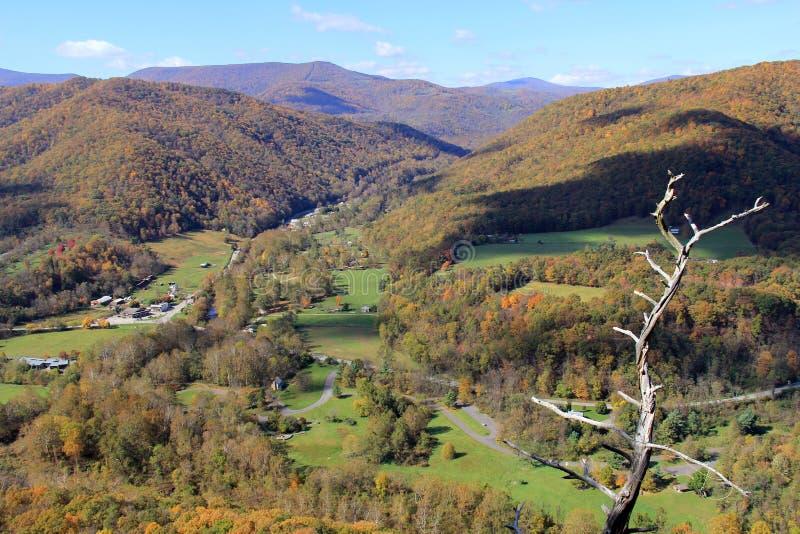 Seneca vaggar i nedgången - appalachian berg - West Virginia, USA royaltyfri foto