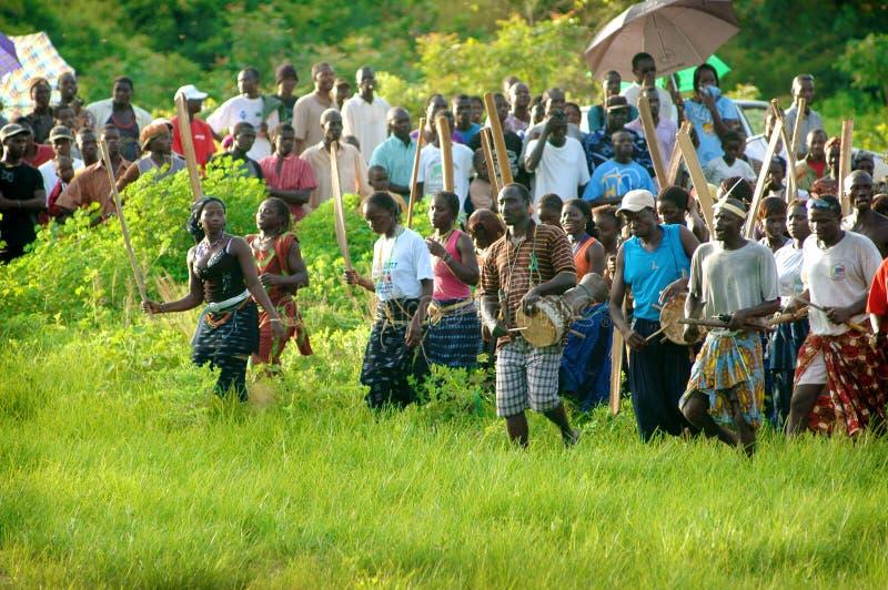 SENEGAL - 19 DE SETEMBRO: Espectadores que olham o stru tradicional foto de stock royalty free