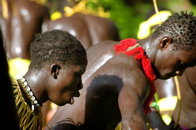 SENEGAL - 19 DE SETEMBRO: Homens, mulheres e crianças no s tradicional imagens de stock