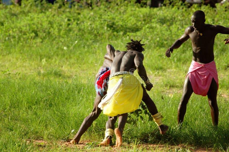 SENEGAL - 19 DE SETEMBRO: Homens no esforço tradicional (se atracar fotografia de stock