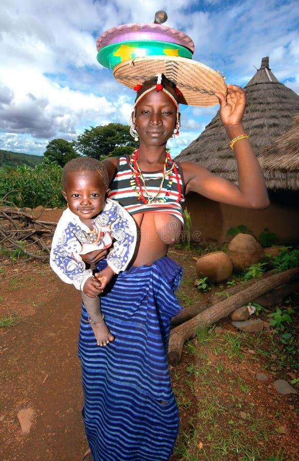 SENEGAL - 16 DE SETEMBRO: Mulher de Bedic com seu bebê, o liv de Bedic foto de stock royalty free