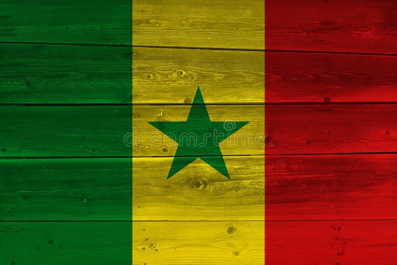 Senegal-Flagge gemalt auf alter hölzerner Planke stockbild