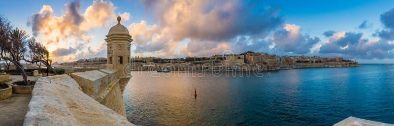 Senglea, Malta - de Zonsondergang en de panoramische horizonmening bij de horlogetoren van Fort Heilige Michael, Gardjola tuinier royalty-vrije stock foto