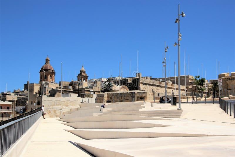 Senglea, Malta, em julho de 2016 Etapas na frente marítima em um dia ensolarado quente imagens de stock