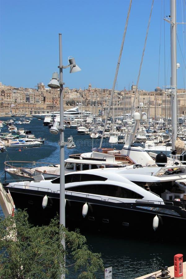 Senglea, Malta, im Juli 2016 Yachtparken und Ansicht der alten Stadt stockfotos