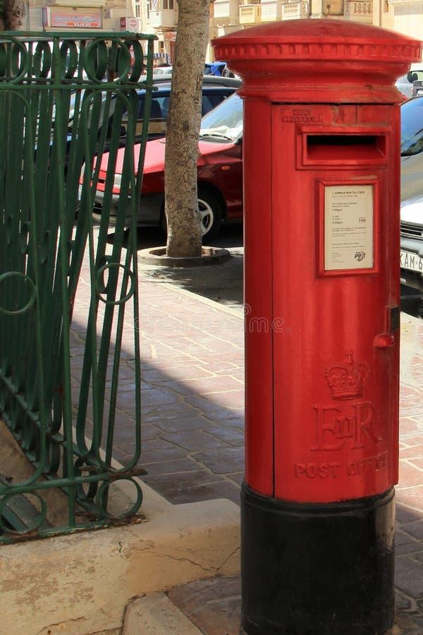 Senglea, Malta, julio de 2016 La herencia de la soberanía inglesa, caja postal del metal rojo fotografía de archivo