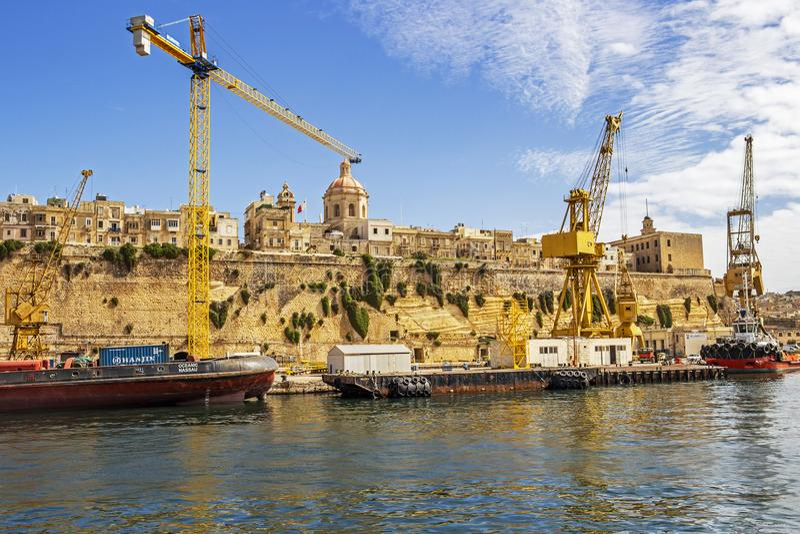 SENGLEA, MALTA - 9. MÄRZ 2018: Städtische Skyline Senglea mit den Yardanlagen von Palumbo-Werft, Malta-Werft, französischer Neben lizenzfreies stockbild