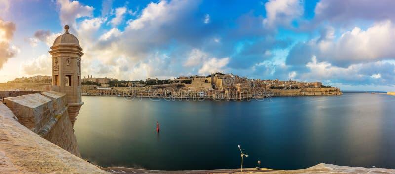 Senglea, Malta - tramonto e vista panoramica dell'orizzonte alla torre dell'orologio di St Michael forte immagine stock libera da diritti
