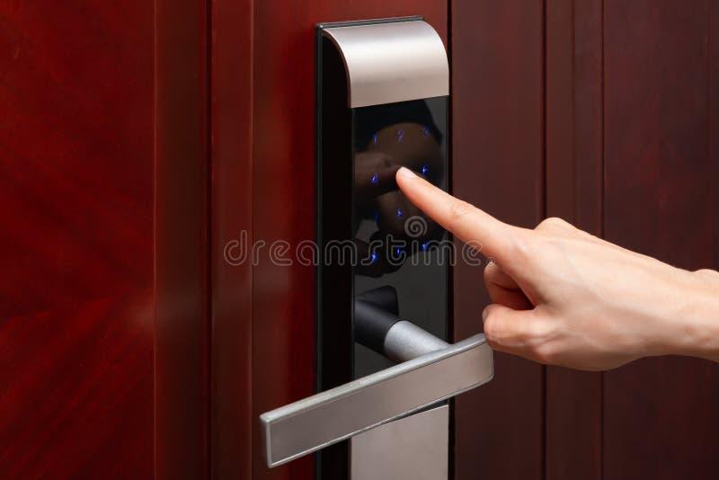 Senhas inputing da senhora na fechadura da porta eletrônica fotos de stock royalty free