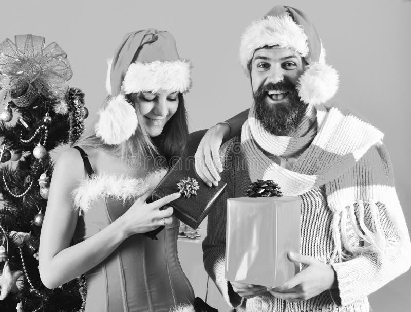 Senhor e Missis Claus com presentes vermelhos e azuis imagens de stock royalty free